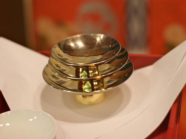 金杯で執り行われる「三々九度」 何度も同じ杯を交わし夫婦としての絆を深める儀式