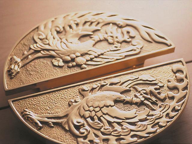 雄雌を表す平和の象徴「鳳凰」が見守る神前の扉
