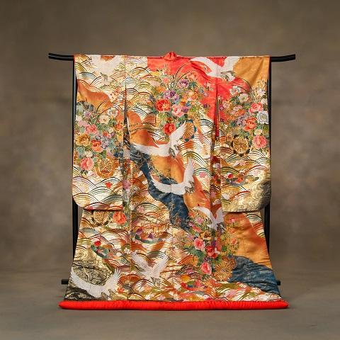 金地に映える古典柄と手刺繍が豪華な「飛鶴と花車」