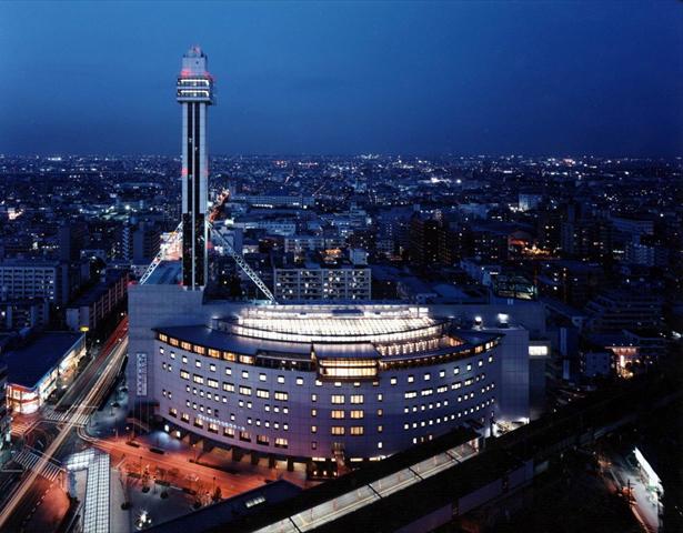 船とマストをイメージしてデザインされた建物 夜は21時まで地上115mからのパノラマを楽しめる