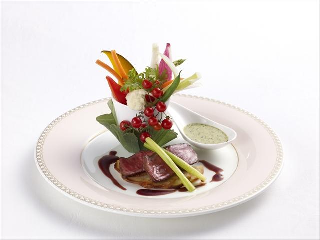 華やかに添えられたお洒落なサラダの盛り付けが美しい一品