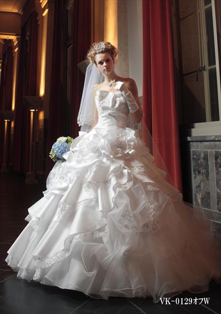 異素材を使ったアシンメトリーなデザインと胸元のふんわり感が魅力的なウェディングドレス
