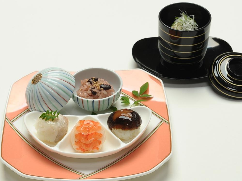 食べやすい手毬寿司と小さな祝い赤飯の御飯替り