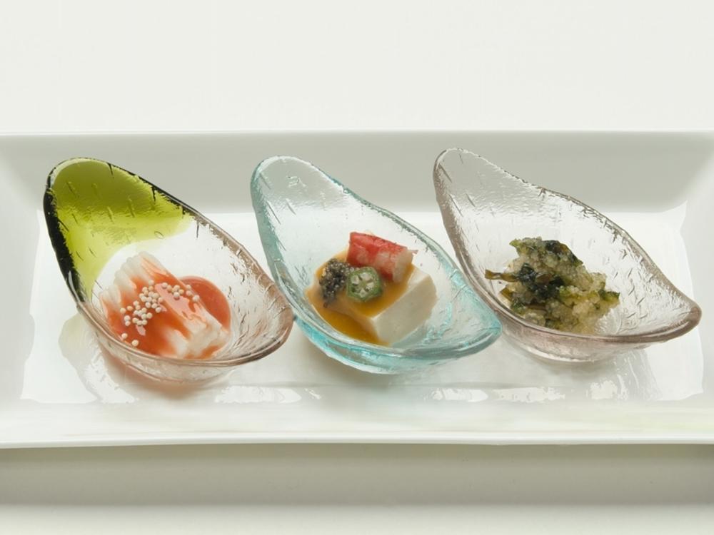 船に見立てたガラスの器に盛りつけられた日本料理の箸初め