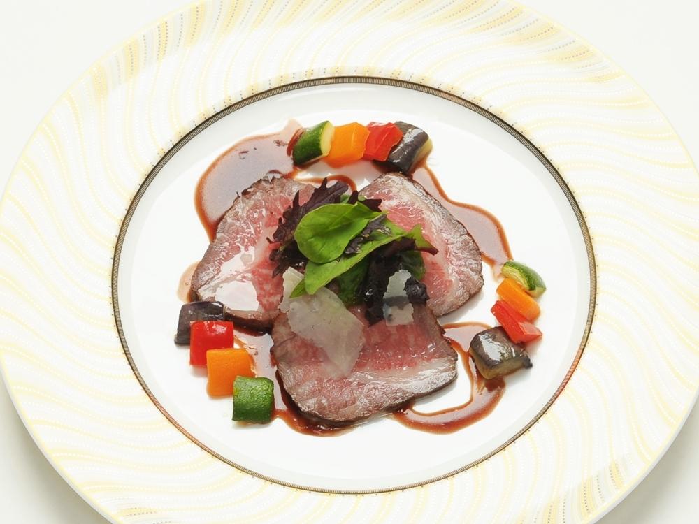 フェアで味わえるAzur特別料理のローストビーフ
