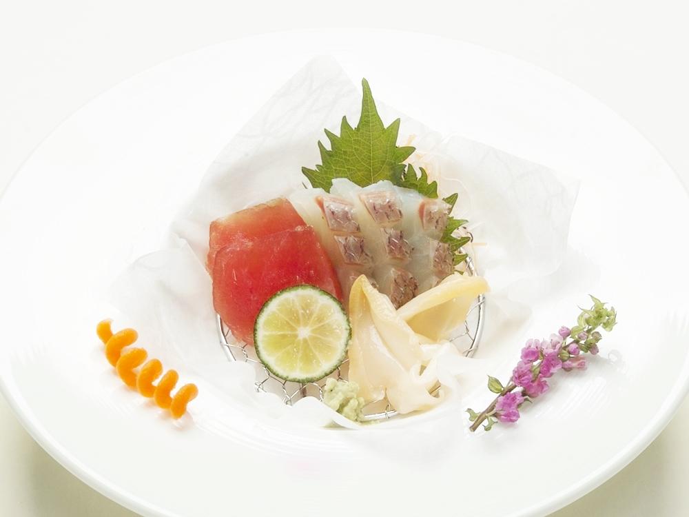 仏料理とのコラボレーション用にお造りを洋皿へ盛付け