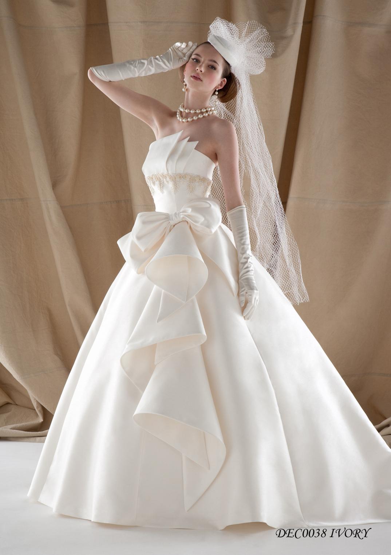 シンプルながら胸元の斬新なカットと刺繍が美しいAラインドレス