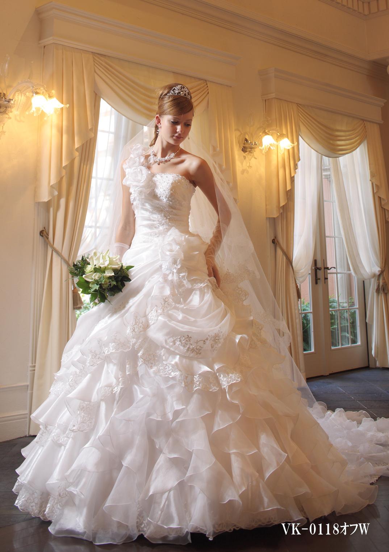 ボリュームのあるフリルが歩くたびに揺れる可愛らしいドレス