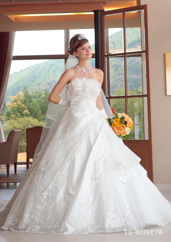 ローズ柄のレースとパール使いが清楚な花嫁を演出